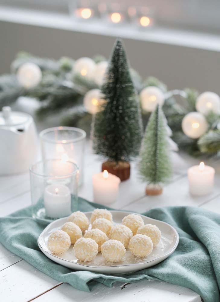 Truffes au chocolat blanc et à la noix de coco appelées également boules de neige. Mignardise pour noël.