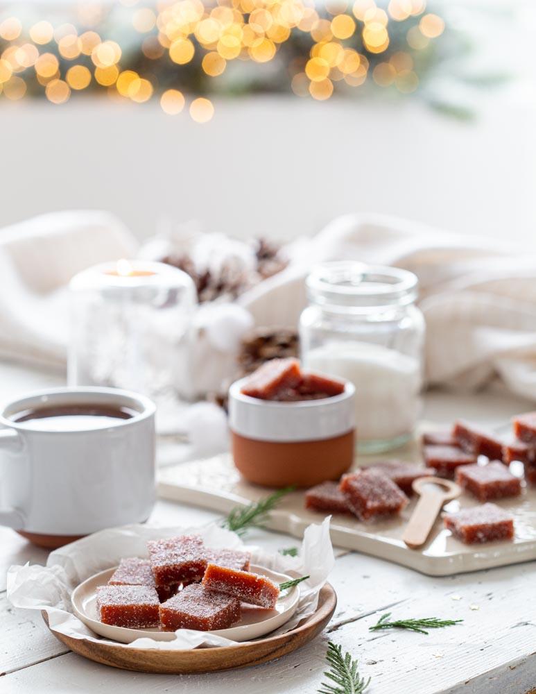Pâte de fruits aux coings roulés dans du sucre pour un cadeau gourmand de noël