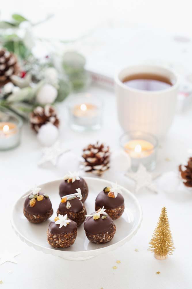Energy balls aux graines de tournesol et cacao avec glaçage au chocolat : une friandise saine pour les fêtes de noël.