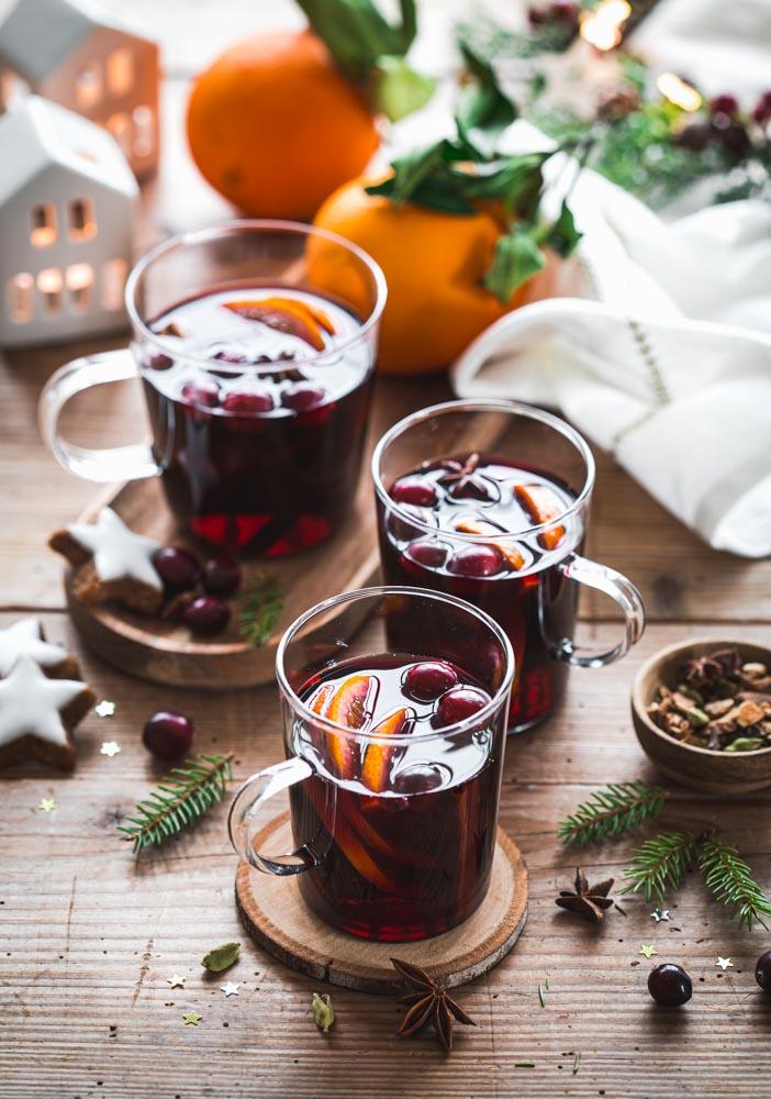 Verres de vin chaud au vin rouge bio, épices, oranges et cranberries pour une saveur originale.
