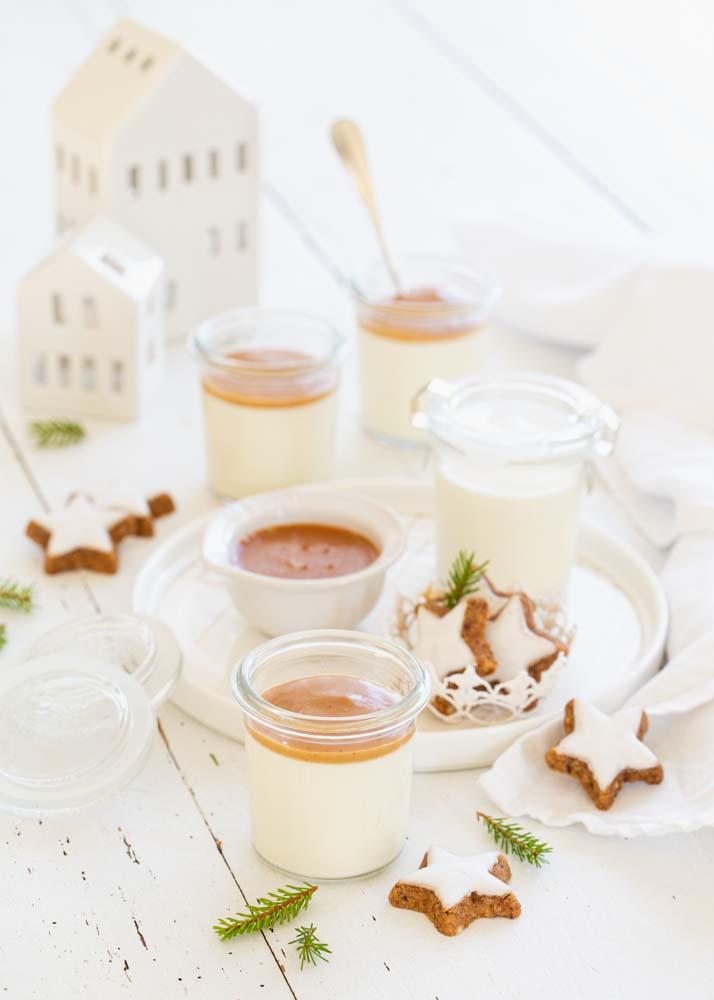 Panna cotta à la vanille servies dans de petits pots en verre avec un caramel à la saveur pain d'épices pour les fêtes de fin d'année