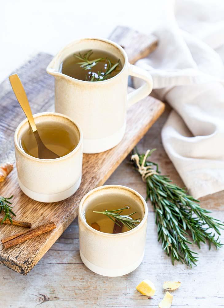 Tisane détox ou eau infusée à base de cannelle, curcuma, gingembre, romarin et jus de citron. A déguster toute la journée.