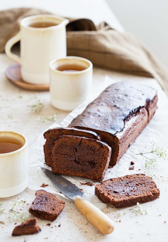 Gâteau cake au chocolat noir de Christophe Felder coupé en tranches, accompagné de thé noir parfumé au fruits de la passion