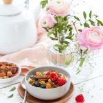 Bol au yaourt végétal, fruits rouges, noix et pollen
