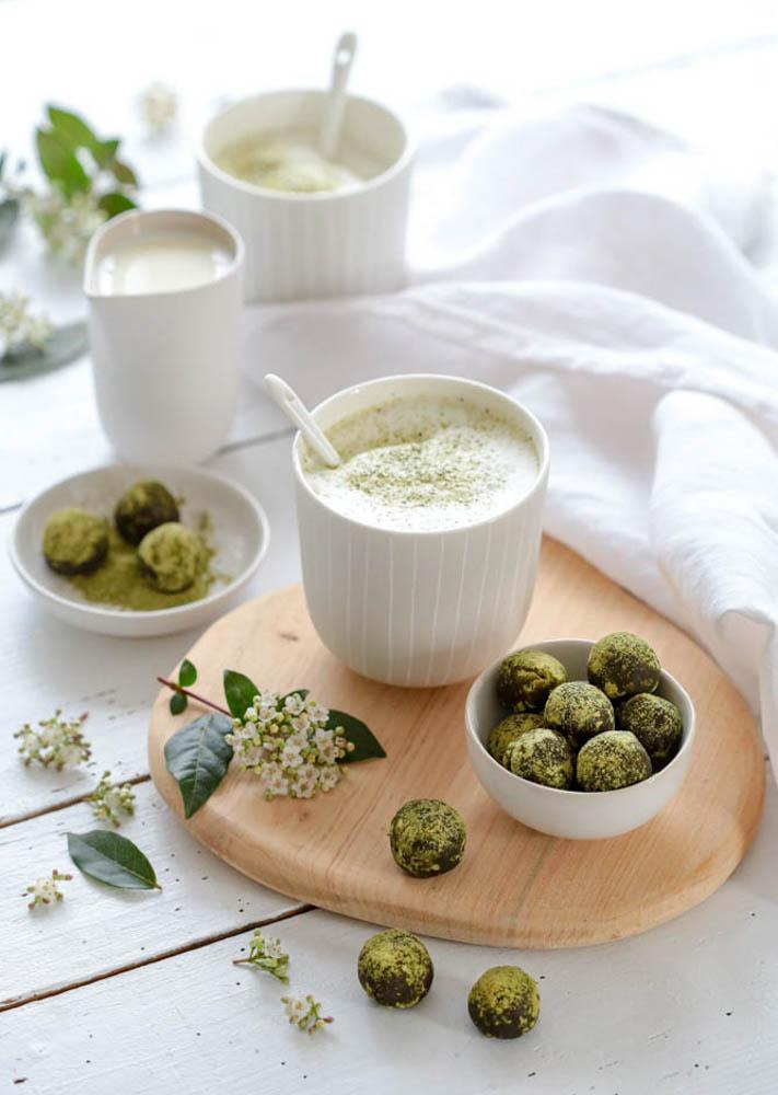 Bol de truffes au chocolat noir et au thé matcha accompagné d'un matcha latte au lait végétal