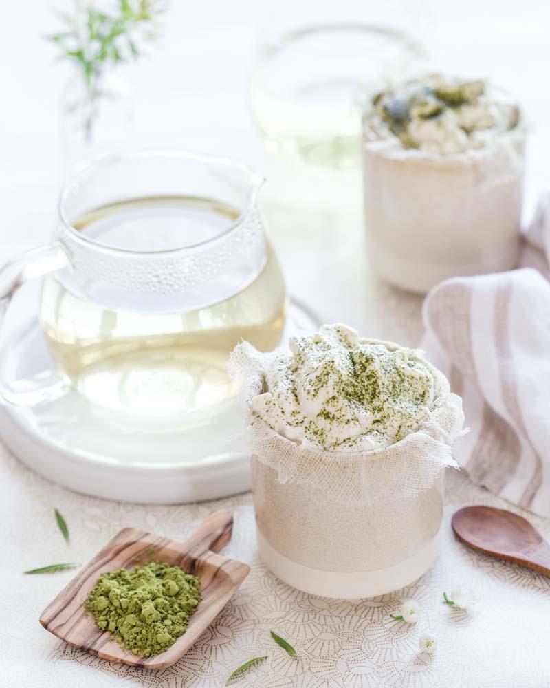 Dessert au fromage blanc et crème fouettée que l'on appelle Fontainebleau, agrémenté de thé matcha. Un dessert gourmand à agrémenter de fruits ou de confiture.