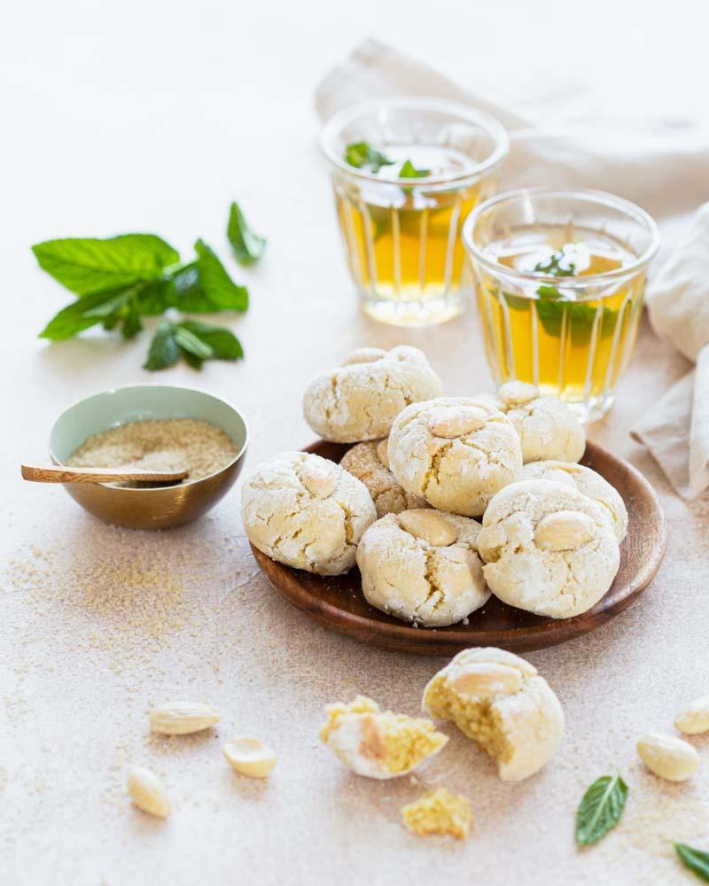 Assiette de biscuits marocains : Ghoriba aux amandes. Faciles et rapides à réaliser. A déguster avec du thé à la menthe.