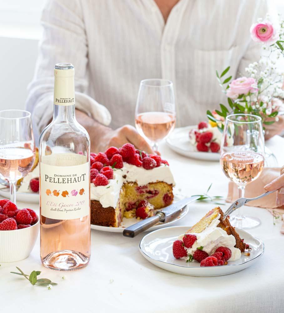 Dégustation entre amis d'un gâteau aux framboises, amandes et chantilly avec un verre de rosé l'Eté Gascon du Domaine de Pellehaut. A consommer avec modération.