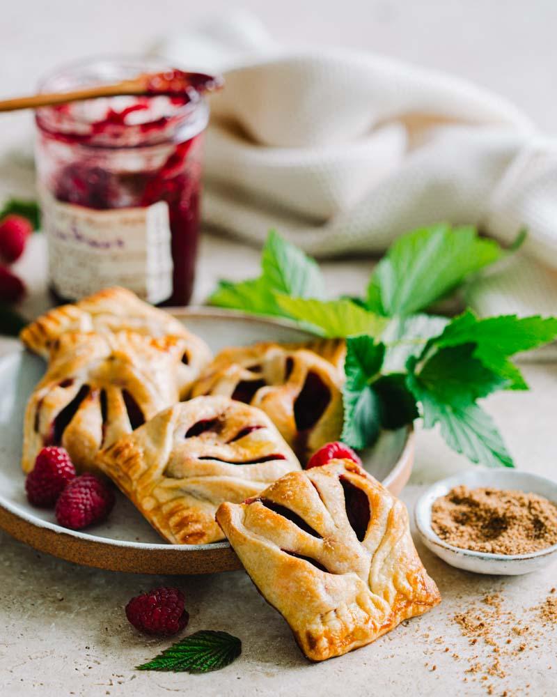 Assiette de feuilletés express et faciles à réaliser à la confiture de framboises et aux framboises fraîches. Une recette idéale pour le goûter.