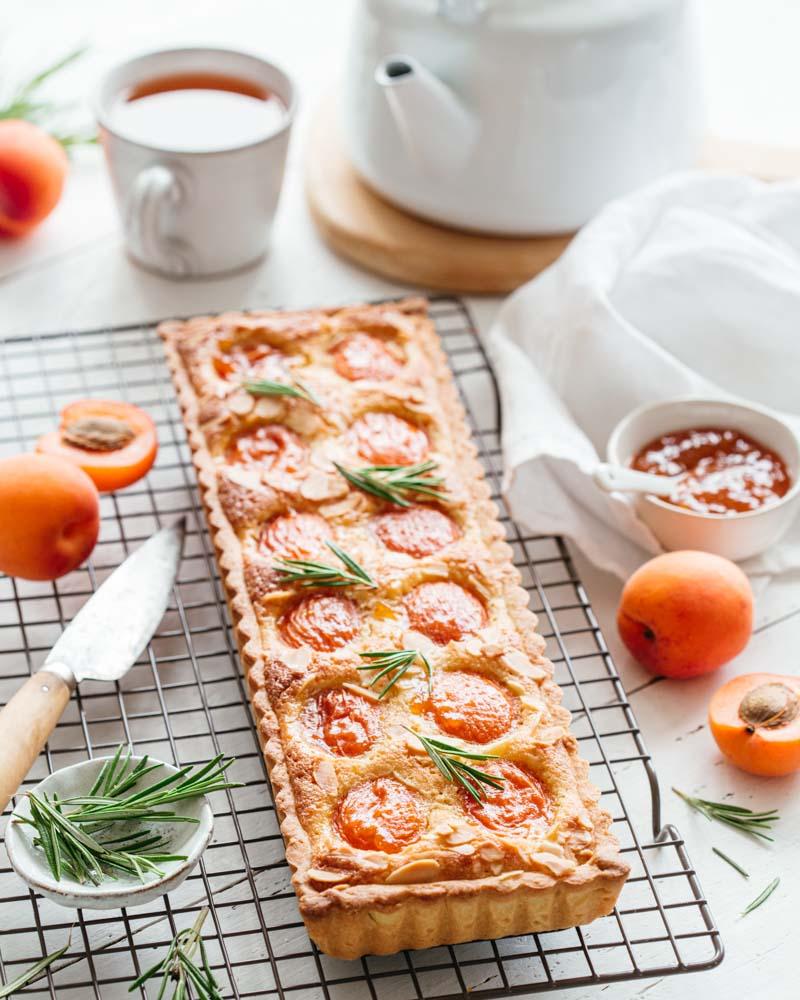 Tarte aux abricots et à la crème d'amande réalisée dans un moule rectangulaire.