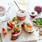 Tartines de ricotta aux nectarines et jambon cru pour un déjeuner sans cuisson, servi sur une planche
