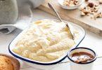 Plat de mousse glacée à la vanille, recette facile sans sorbetière servie avec des biscuits, caramel au beurre salé et noisettes