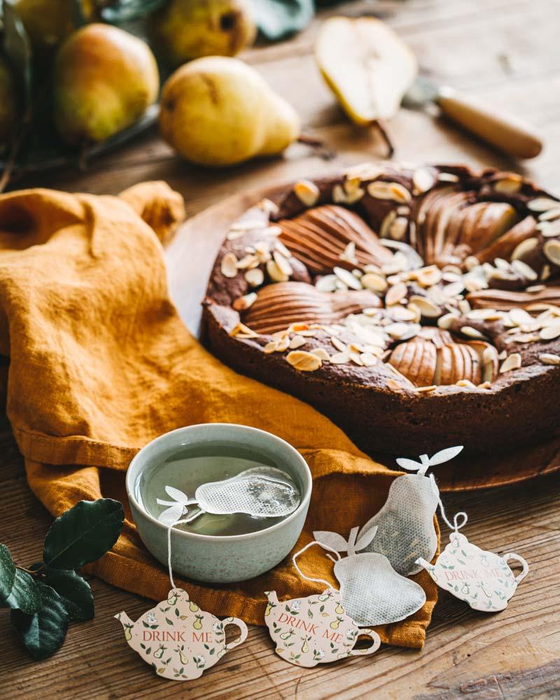 Coupelle de thé au thé Drink Me de chez Tea Heritage accompagné d'un gâteau au chocolat et aux poires sans farine