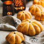 Petits pains à la purée de potiron à servir pour Halloween ou pour un dîner d'automne. Savoureux avec une soupe
