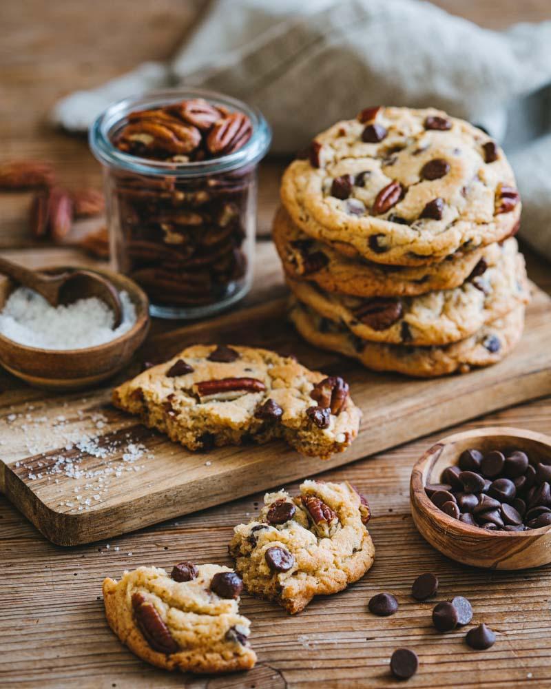 Cookies aux pépites de chocolat et aux de décan avec une touche de fleur de sel