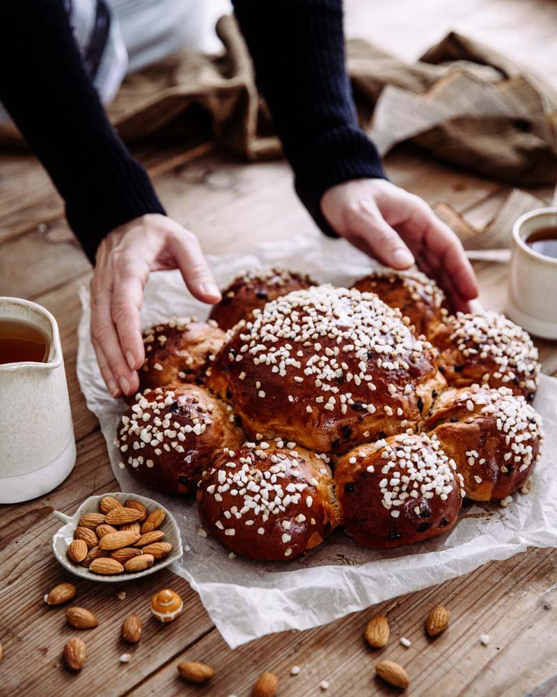 Couronne ou brioche des rois Suisse garnie de pépites de chocolat et gingembre confit pour l'épiphanie.