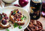 Tartine de pain, ricotta, oignons caramélisés et champignons au vinaigre balsamique