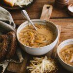 Bol de soupe à l'oignon et ses tartines de fromage gratinées