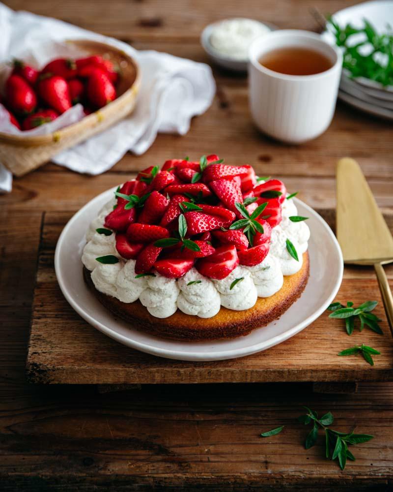 Tarte  réalisée avec une pâte à madeleine et garnie de chantilly au mascarpone et de fraises gariguettes. Un dessert bluffant et facile à réaliser