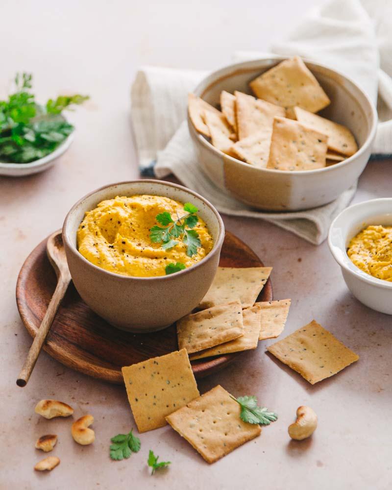 Bol de tartinade végétarienne aux carottes et aux noix de cajou. Une u-idée recette facile et rapide pour un apéro veggie et healthy.