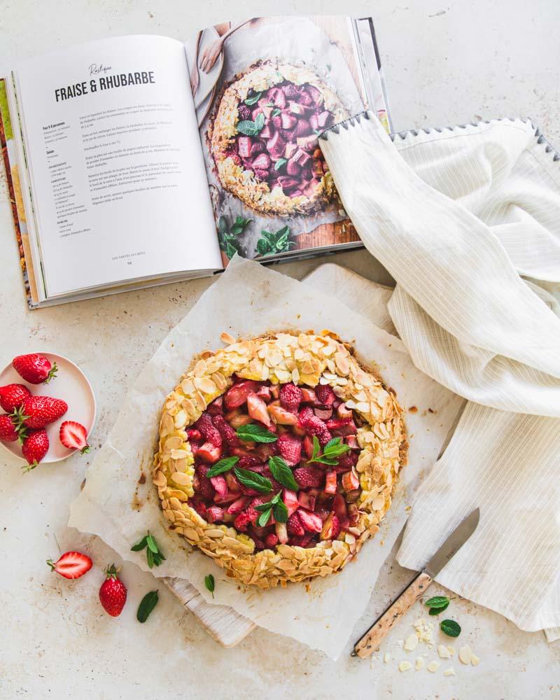 Tarte rustique fraise-rhubarbe d'Emilie Franzo, Plus Une miette, vue de haut. Une recette facile pour 8 personnes à servir au goûter ou au dessert.