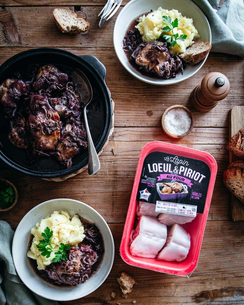 Vue de haut d'un plat de râbles de lapin cuisinés à la bourguignonne servi avec de la purée de pommes de terre. Vue d'un pack Loeul & Piriot.